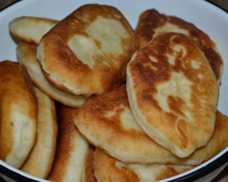 Пирожки с жареным луком на сковороде