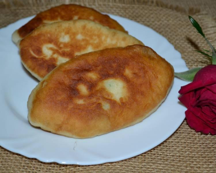 Пирожки с яйцом и зеленым луком жаренные на сковороде