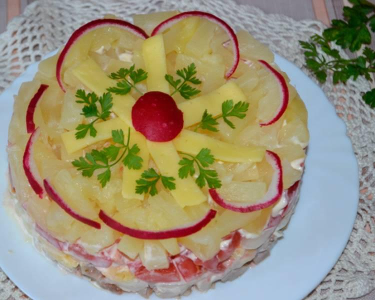 Слоеный салат с ананасом курицей и сыром