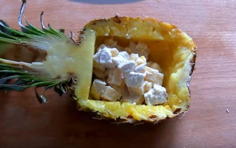 салат в ананасе с курицей и ананасом