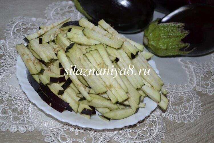 Салат из жаренных баклажанов, с яйцом и маринованным луком