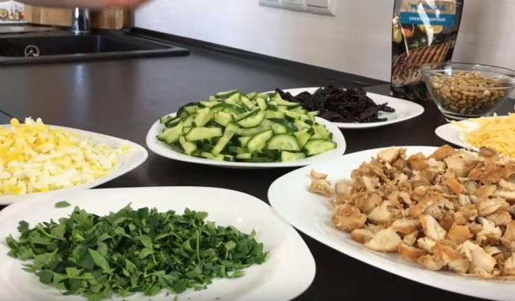 салат Дамский каприз с черносливом и грецкими орехами