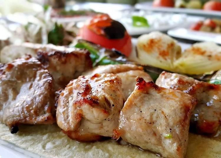 Мягкий и сочный шашлык из свинины с луком и уксусом