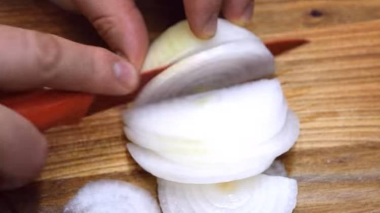 Шашлык из свинины на сковороде с луком и яблочным укусом