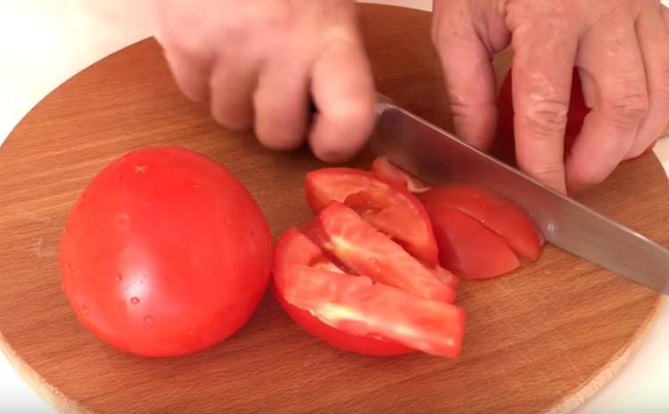 салат из баклажанов с яйцом, луком и помидорами