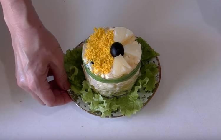 Салат Дамский каприз из копченой куриной грудки с ананасом и сыром