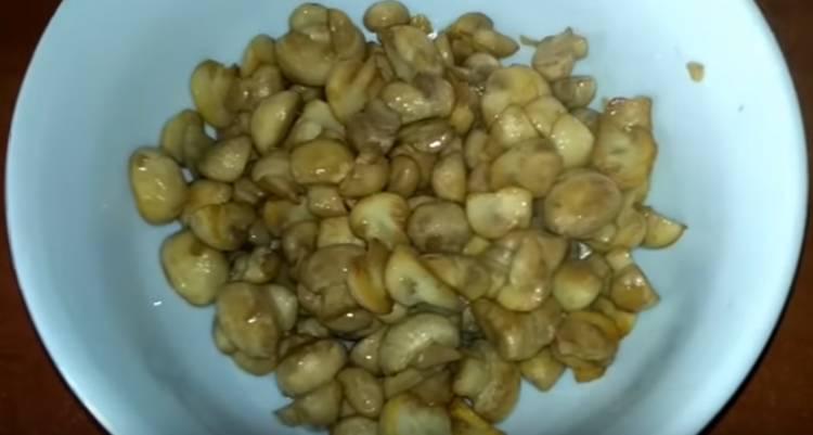 салат Нежность с курицей, грибами и сыром
