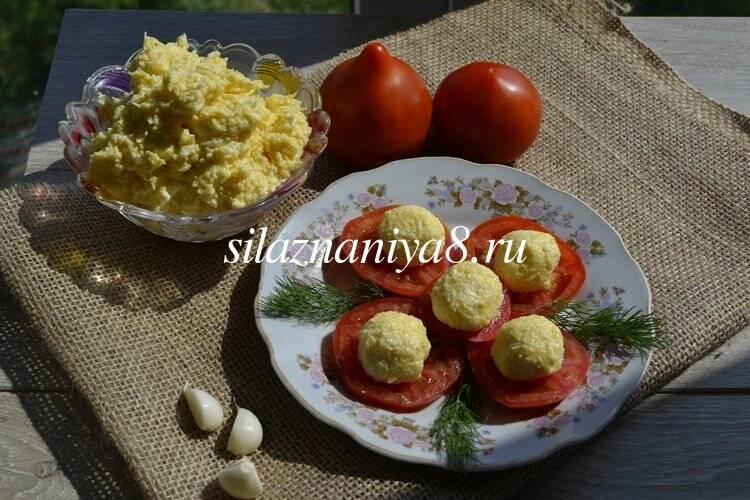 Помидоры с сыром, чесноком и яйцом