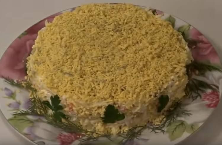Ананасовый салат с крабовыми палочками слоями