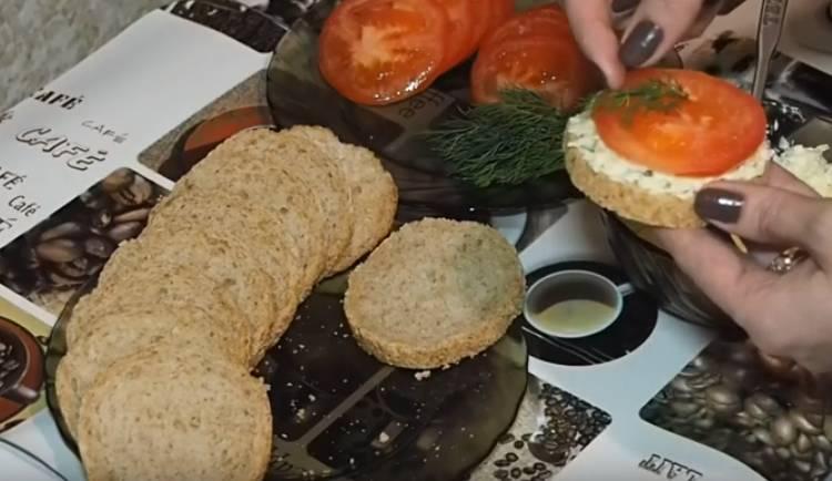 Бутерброды из помидор с сыром и чесноком