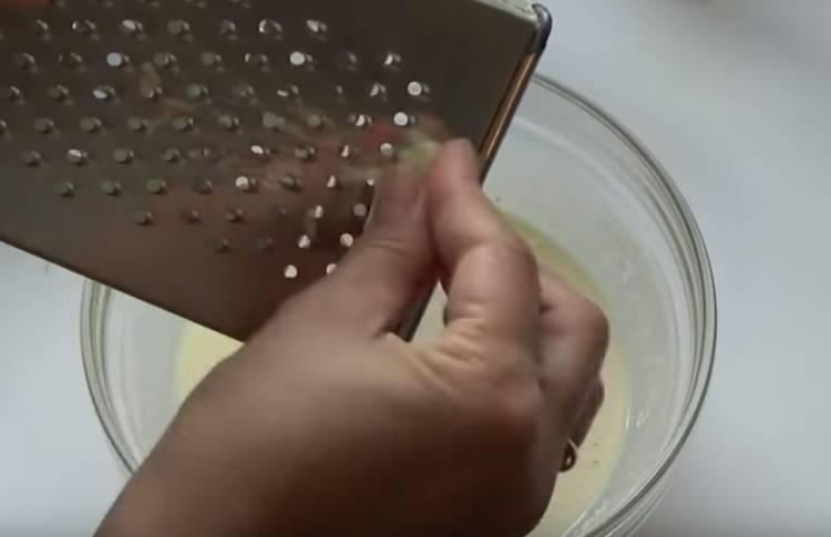 Кабачки с чесноком жаренные в сырном кляре