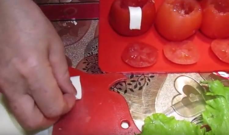 Закуска дед Мороз из помидор с сыром и чесноком