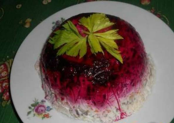 Селедка под шубой с желейной заливкой и зеленым горошком
