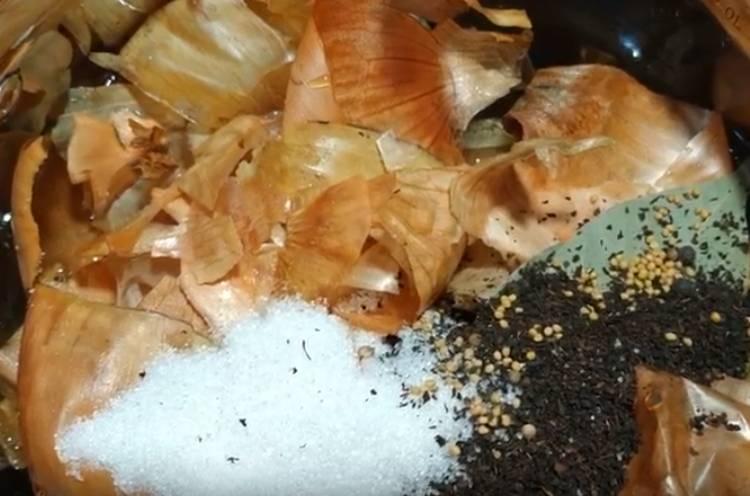 Скумбрия соленая в бутылке в луковой шелухе