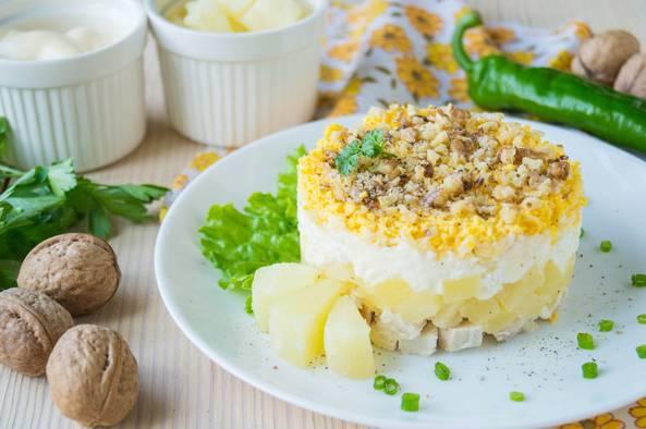 Слоеный салат с ананасами и курицей