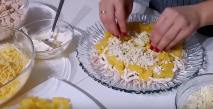 Куриный слоеный салат с ананасом и грецкими орехами