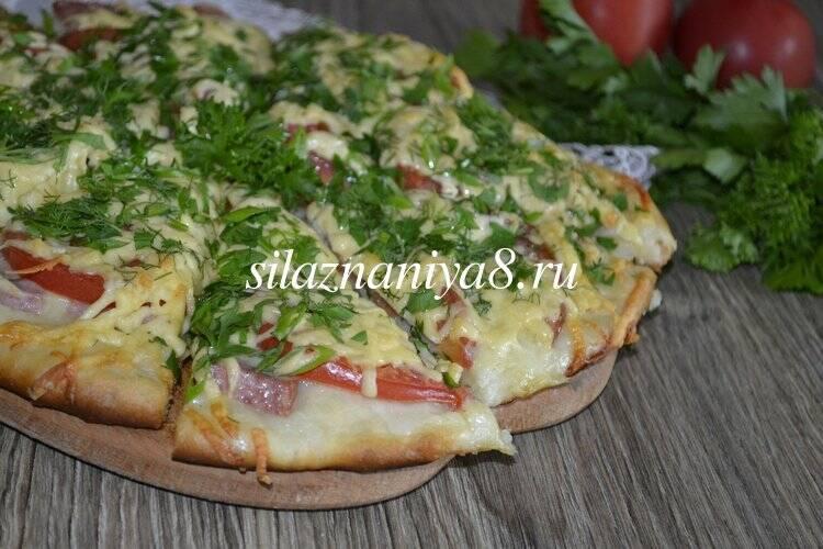 Пицца с помидорами сыром и колбасой