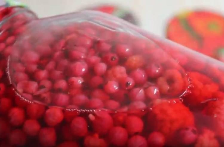 компот из красной смородины с малиной