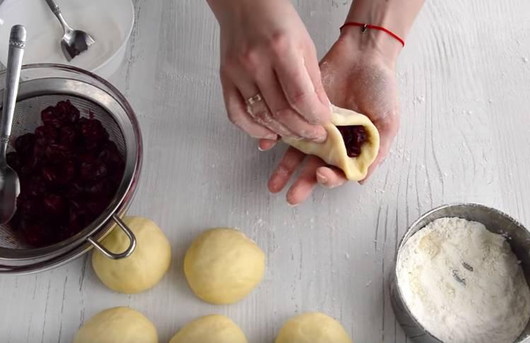 Сдобные пирожки с вишней в духовке на сухих дрожжах