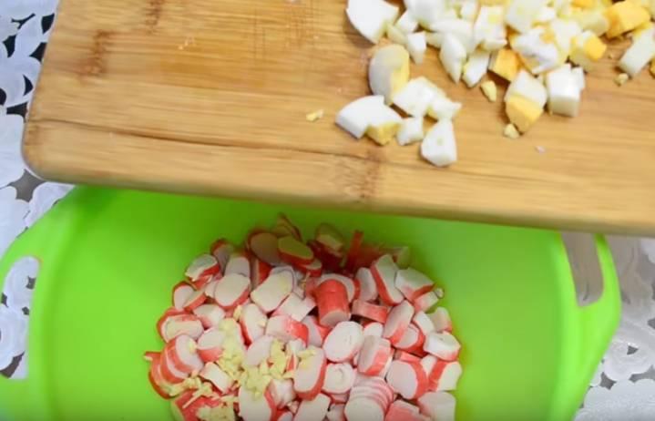 Салат с крабовыми палочкам и апельсином