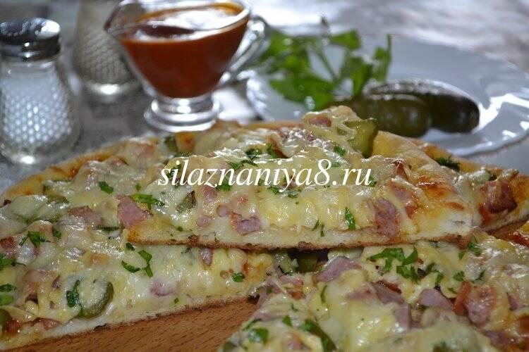 Пицца с солеными огурцами и колбасой