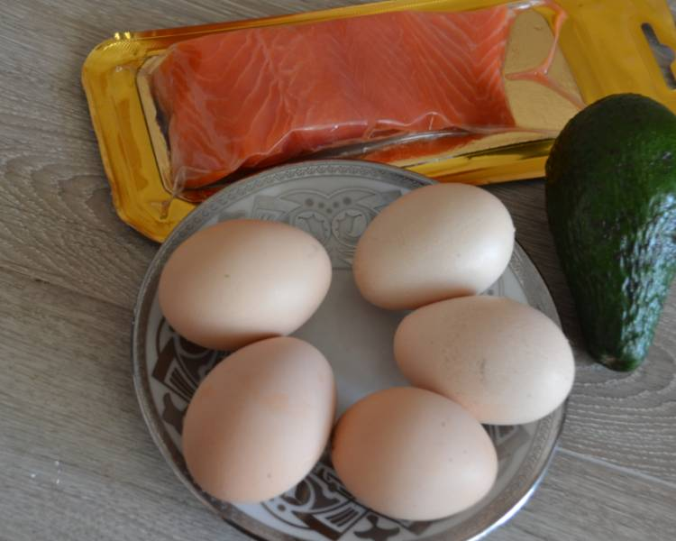 яичница с красной рыбой семгой слабосоленой