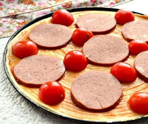 Пицца с солеными огурцами, колбасой и помидорами