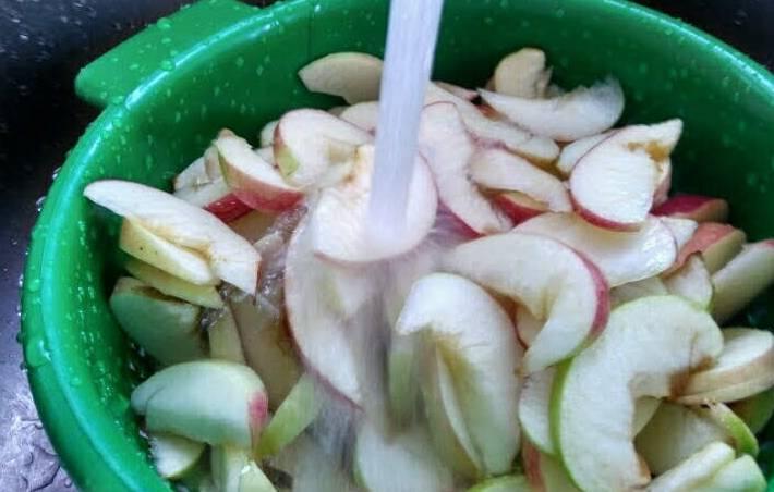 кусочки яблок залитые водой