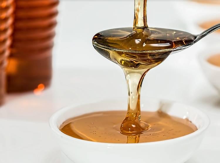 натуральный мед в ложке