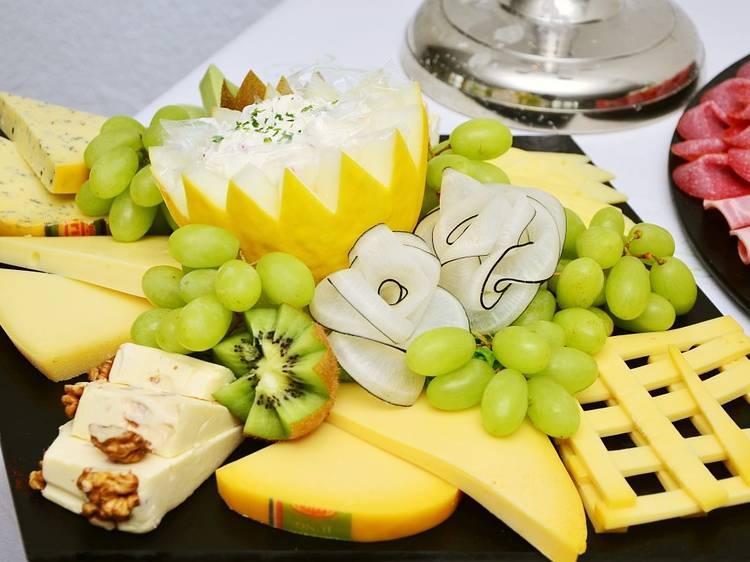сырная тарелка лимон фрукты орехи