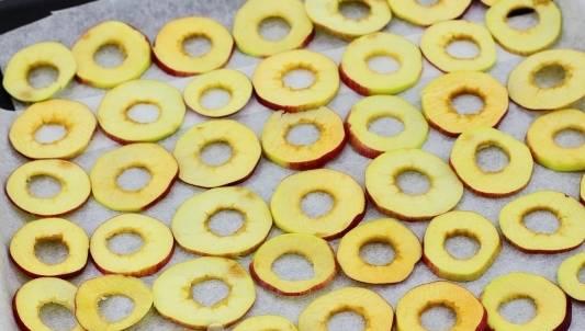яблоки на противне на пергаменте в газовой плите