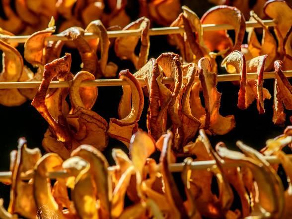 яблоки сушеные на нитке на солнце