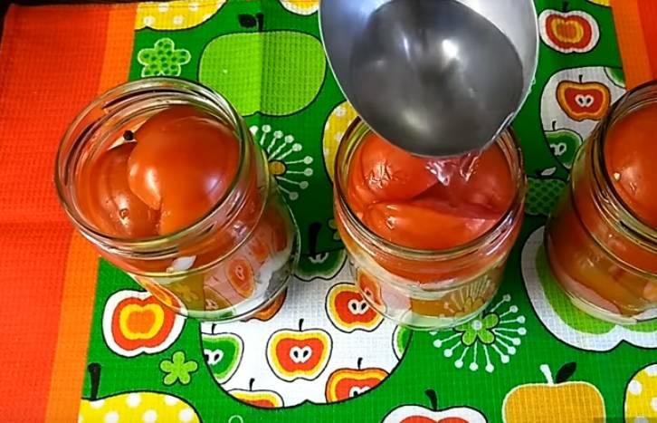 банки с помидорами луком и специями