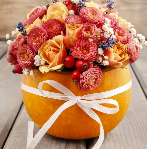 букет осенних цветов в тыкве