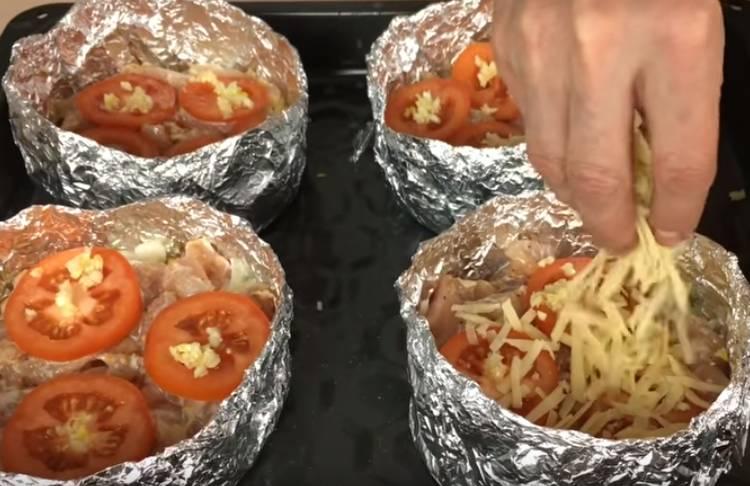 Куриное филе с картошкой, помидорами и сыром в духовке в фольге