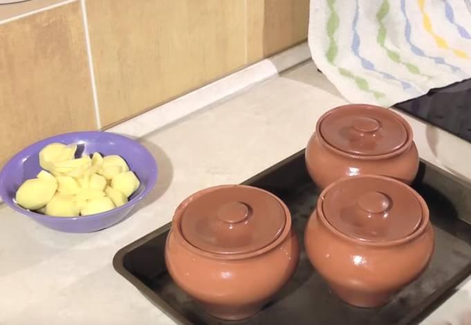 Куриная грудка с картошкой в горшочках
