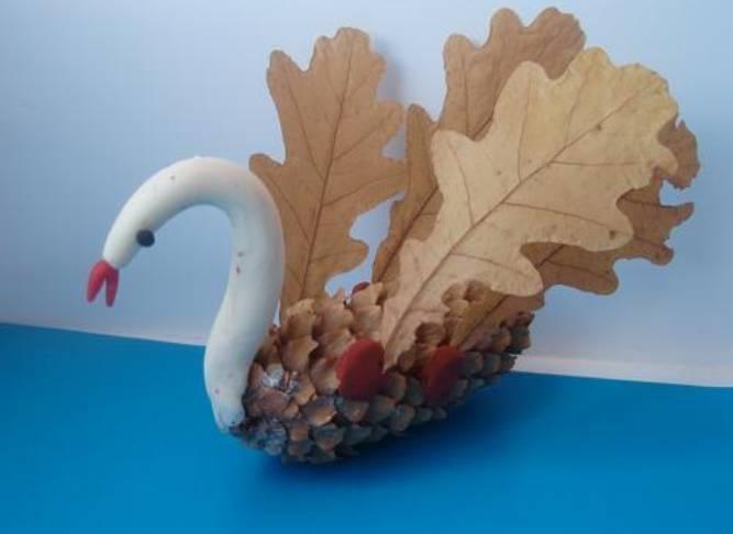 лебедь из шишек и листьев