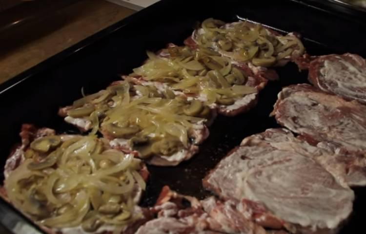 мяса по-французски из свинины в духовке с грибами и сыром