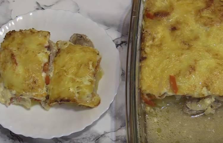 Мясо по-французски из свинины в духовке с помидорами и сыром