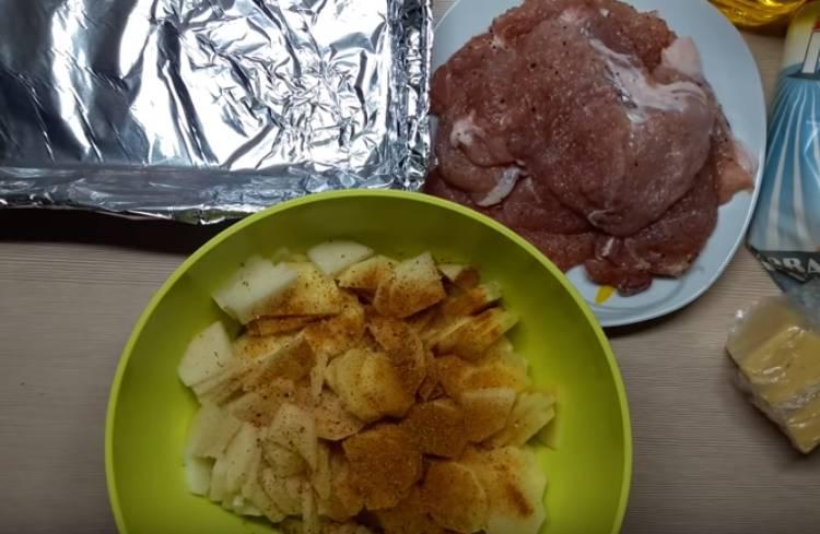 Картошка в духовке с мясом и сыром