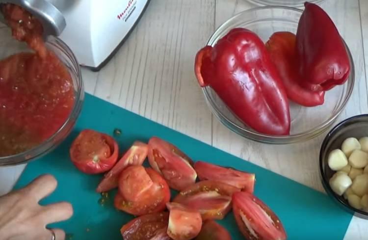 Сырая аджика из помидор и чеснока без варки
