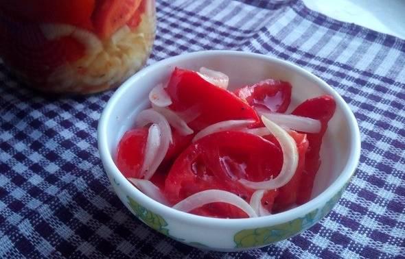 помидоры половинками с маслом и луком