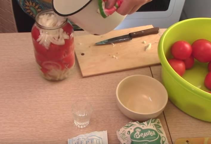 помидоры с луком в 1.5 литровой банке