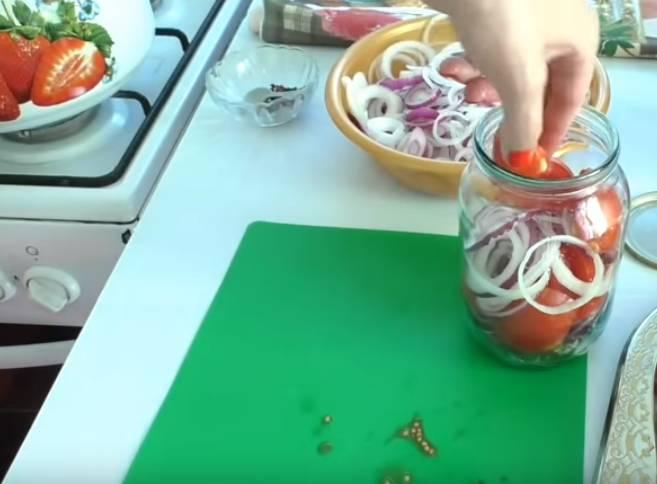 помидоры с луком в банке