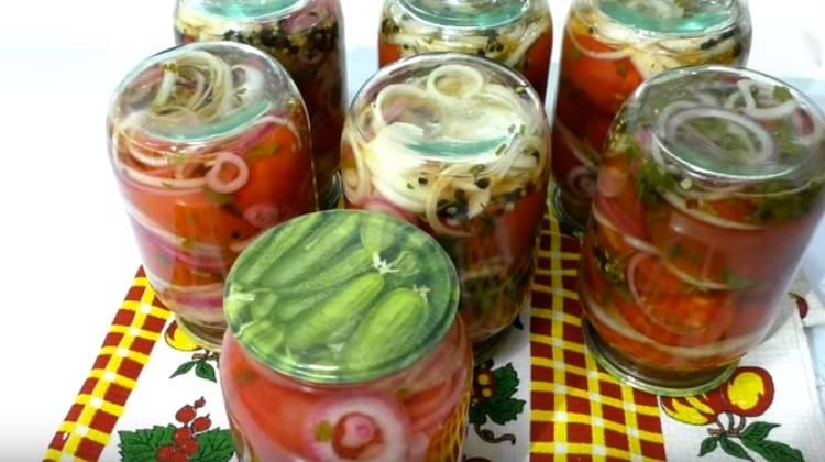 Сладкие помидоры дольками с луком и маслом