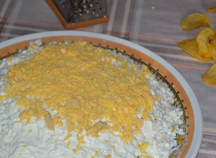 салат с крабовыми палочками и огурцом слоями с чипсами
