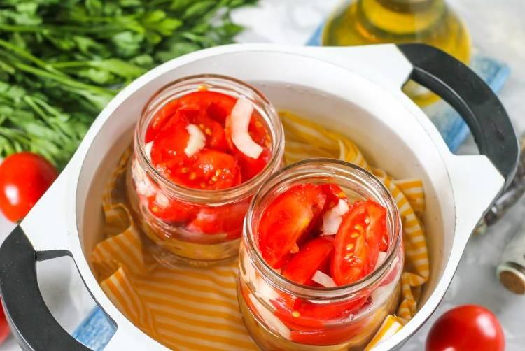 стерилизуем помидоры в кастрюле