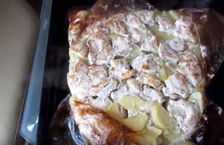 Запеченное куриное филе с картошкой в рукавесо сметаной