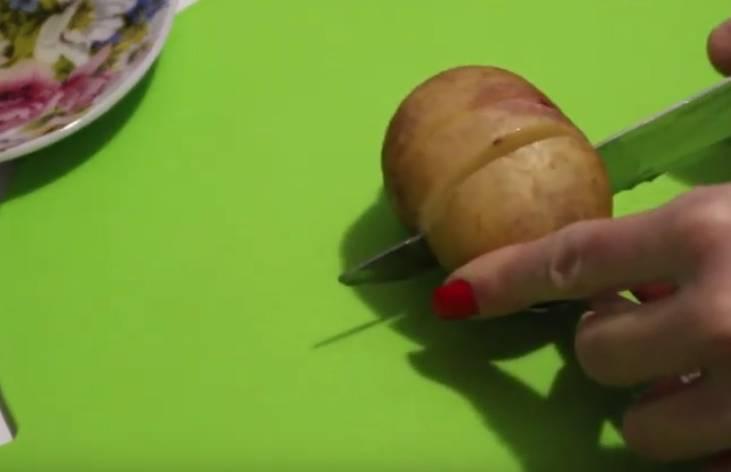 картофель надрезаем