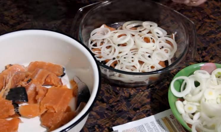 красная рыба форель с луком и маслом